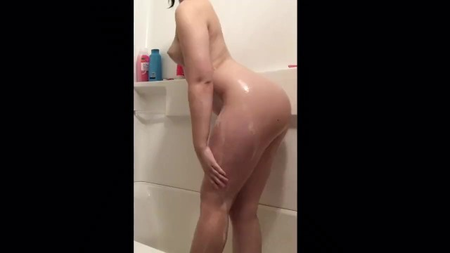 White Girl with Thicc Ass Enjoys a Shower